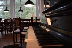 Klavier im Gastraum